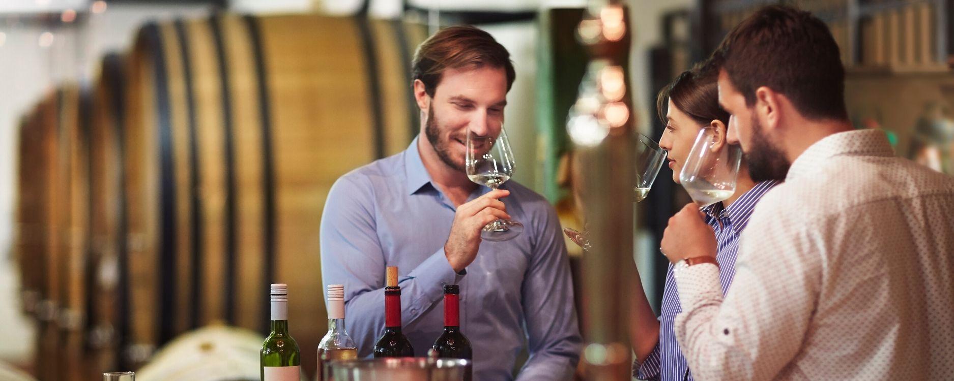 destinos turisticos inteligentes_visitantes teniendo experiencia de calidad en una cata de vinos