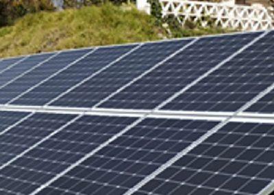 Ubora Solar – Instalación de 22 paneles y batería sobre suelo
